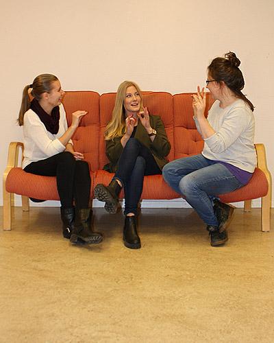 tre flickor talar